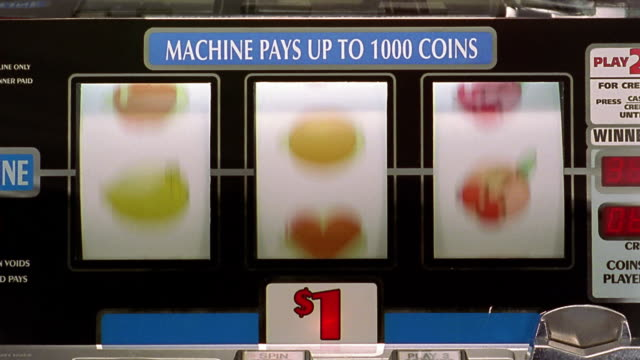 "vídeos y material grabado en eventos de stock de close up bars of slot machine landing on all ""hearts"" - tragaperras"