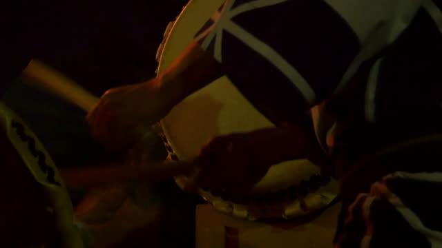 close up beating a japanese drum - 伝統行事点の映像素材/bロール