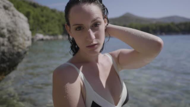 vídeos y material grabado en eventos de stock de close up, beautiful model in bikini on hvar beach - cultura croata