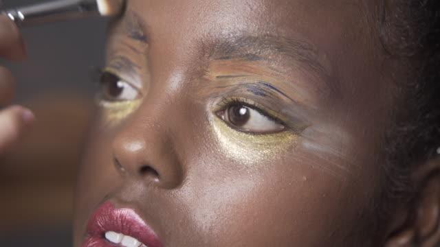 vidéos et rushes de close up beauty make-up - rouge à lèvres rouge