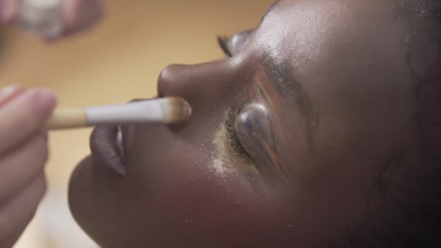 vídeos de stock, filmes e b-roll de close up beauty make-up - reluzente