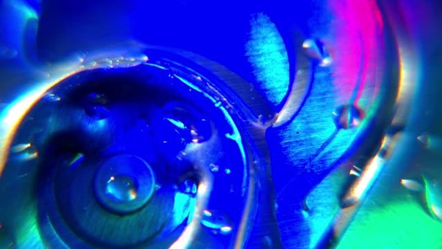 vidéos et rushes de gros plan de bière peut motif coloré parti lumière disco - décoration de fête