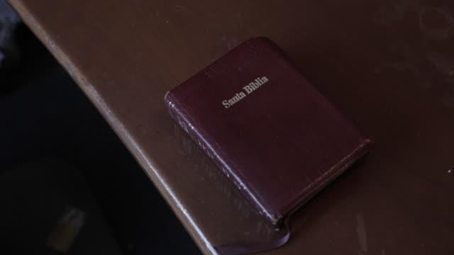vídeos de stock, filmes e b-roll de close up, bible in spanish - bíblia