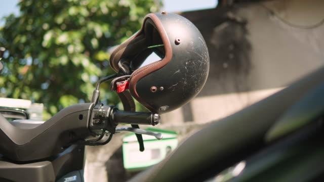 バイクに黒ヘルメットを閉じます。 - ヘルメット点の映像素材/bロール