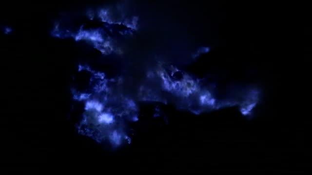 vídeos y material grabado en eventos de stock de cerca de llamas de azufre azul (lava azul) en el volcán, volcán kawah ijen de java oriental, indonesia. - java