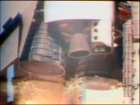 vídeos y material grabado en eventos de stock de 1986 close up booster rockets igniting on space shuttle challenger on launch pad - lanzacohetes