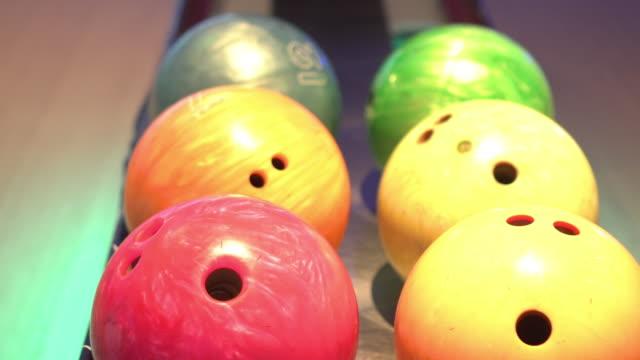 vidéos et rushes de fermez-vous vers le haut de la bille de bowling se déplaçant le mouvement gauche et droit - bol vide