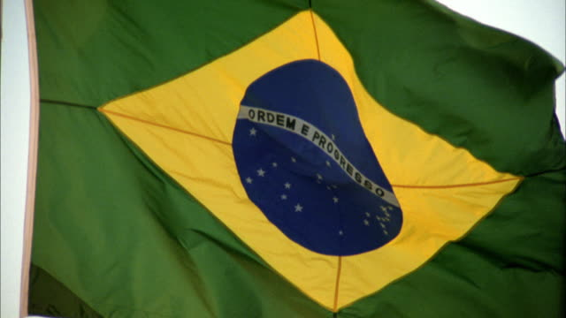 vidéos et rushes de close up brazilian flag waving outdoors - drapeau