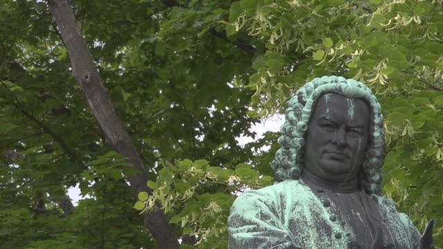 close up bronze statue of johann sebastian bach - johann sebastian bach stock-videos und b-roll-filmmaterial