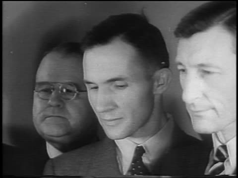 vidéos et rushes de b/w 1935 close up bruno hauptmann 2 lawyers at kidnapping trial / newsreel - 1935