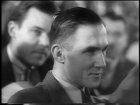 vidéos et rushes de b/w 1935 close up bruno hauptmann sitting during lindbergh kidnapping trial / flemington nj / newsreel - 1935