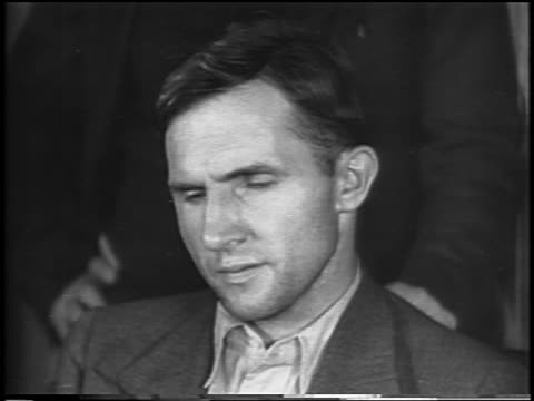 vidéos et rushes de b/w 1935 close up bruno hauptmann sitting in courtroom looking upset / lindbergh kidnapping / newsreel - 1935
