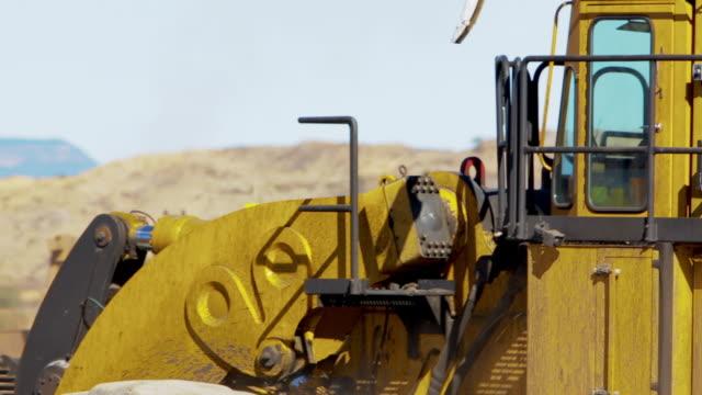 vídeos de stock, filmes e b-roll de close up bulldozer movendo-se montes de sujeira em um carvão mina - isolado