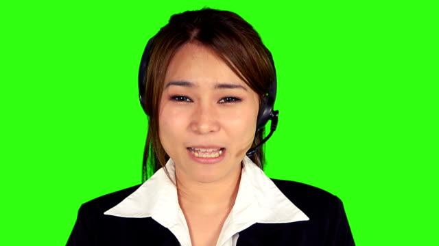 nahaufnahme business-frau mit kopfhörer mit green-screen-hintergrund - keyable stock-videos und b-roll-filmmaterial