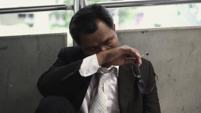 クローズ アップ: ビジネスマンは悲しみとストレス。 - 負の感情点の映像素材/bロール