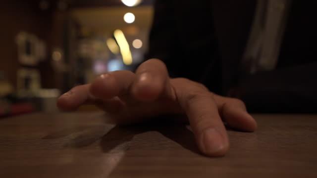 nahaufnahme geschäftsmann hand klopfen finger auf holztisch, denken für gute idee - pulsierend stock-videos und b-roll-filmmaterial