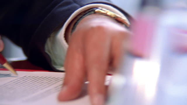 vídeos de stock e filmes b-roll de close up businessman's hands singing document / contract - contrato