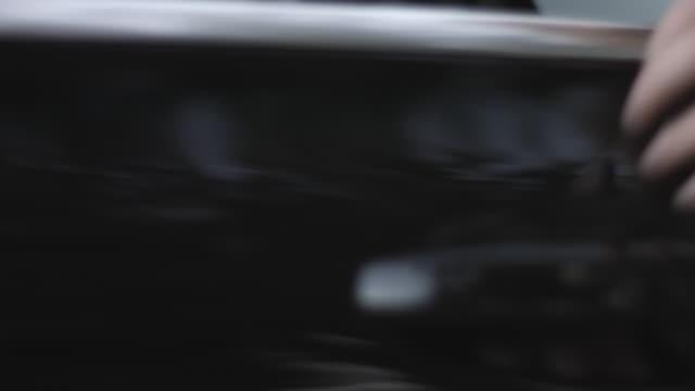 vidéos et rushes de close up, businesspeople get into back of car - limousine voiture