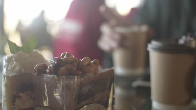 närmre cashewnötter chokladkaka - engångsmugg bildbanksvideor och videomaterial från bakom kulisserna