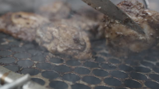 close up, chicken sizzling on grill - pollo alla brace video stock e b–roll