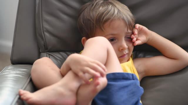 nahaufnahme kind junge schaut weg - barfuß stock-videos und b-roll-filmmaterial