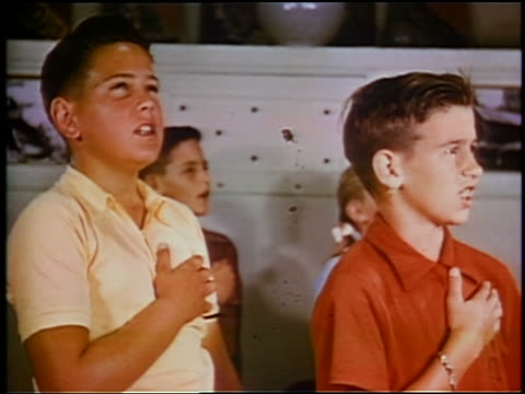 1953 close up children with hands on chests saying pledge of allegiance / educational - amerikanischer treueschwur stock-videos und b-roll-filmmaterial