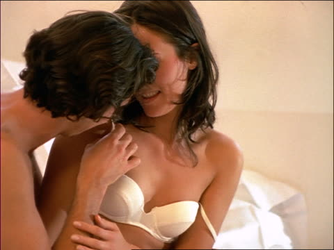 vídeos de stock, filmes e b-roll de close up couple on bed / man removing woman's bra - soutien