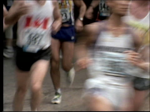 vídeos y material grabado en eventos de stock de close up crowd running in nyc marathon - 1990