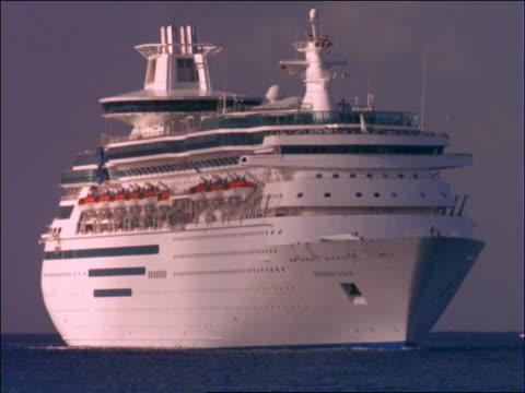 """close up cruise ship on ocean / boat name """"sovereign of the seas"""" - tom cruise bildbanksvideor och videomaterial från bakom kulisserna"""