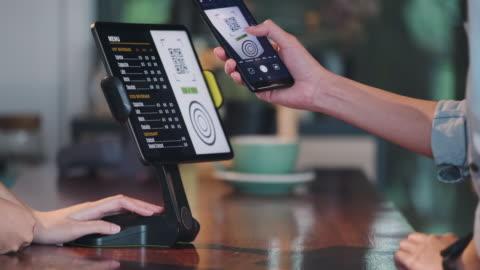 nahaufnahme kundennutzung handy bezahlen kontaktlos mit tablet an der theke bar in café.small business start up.customer servicekonzept - merchandise stock-videos und b-roll-filmmaterial