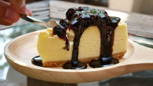 stockvideo's en b-roll-footage met close-up van snijden blueberry cheesecake - steekwagen