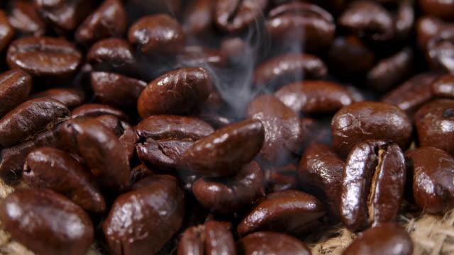 close up dark arabica coffee beans - fagiolo video stock e b–roll
