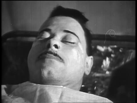 b/w 1934 close up dead john dillinger lying under sheet on table in morgue - john dillinger stock-videos und b-roll-filmmaterial