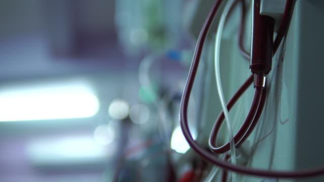 vidéos et rushes de fermez-vous vers le haut des machines de dialyse fonctionnent - rein humain