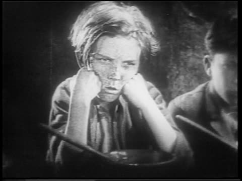vidéos et rushes de b/w 1922 close up dirty orphan boy with freckles talking + looking angry / feature - orphelin