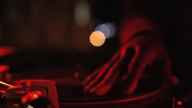 vidéos et rushes de close up dj hand scratchs on turntable - dj