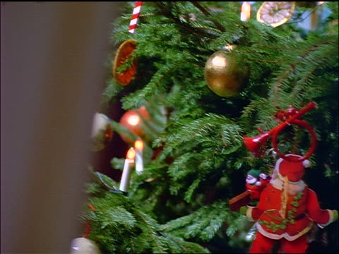 vidéos et rushes de canted close up dolly shot ornaments on christmas tree - groupe moyen d'objets