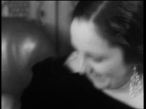 stockvideo's en b-roll-footage met b/w 1933 close up drunk woman with large earrings laughing / end of prohibition - middelenmisbruik