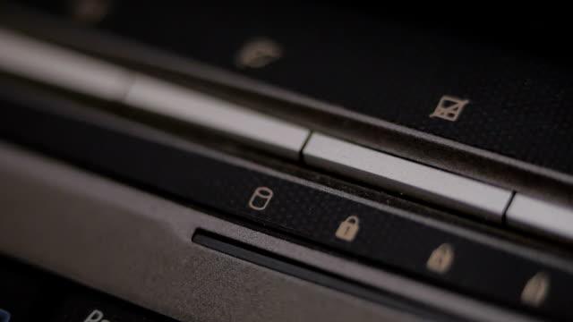 schließen sie dvd-player. grünes licht blinken. - dvd stock-videos und b-roll-filmmaterial
