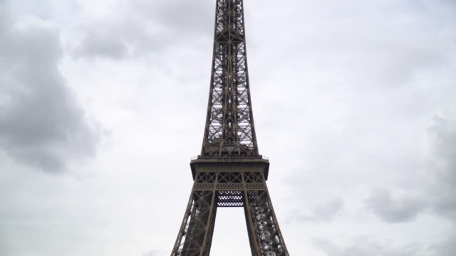 nahaufnahme von eiffel tower paris frankreich - low angle view stock-videos und b-roll-filmmaterial