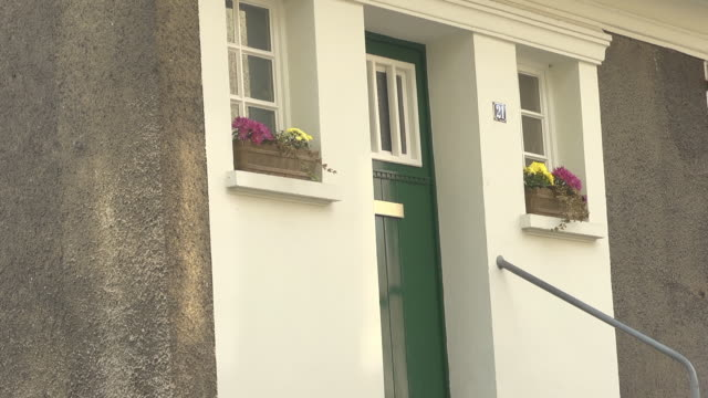 "close up entrance of a house in the garden city ""margarethenhöhe"" - ruhr video stock e b–roll"