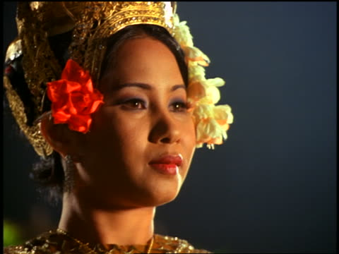 """close up face + hands of cambodian woman in native dress doing native dance in """"jungle"""" - 女性ダンサー点の映像素材/bロール"""