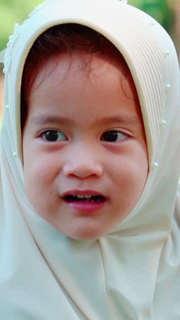 vidéos et rushes de fermez-vous vers le haut du visage de la fille musulmane asiatique - vêtement religieux