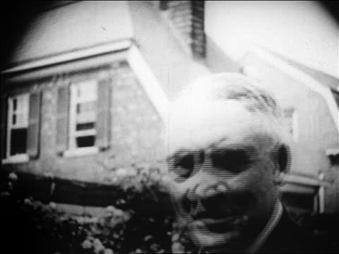 vídeos de stock, filmes e b-roll de b/w 1920 close up face of warren g harding smiling outdoors / newsreel - só um homem idoso