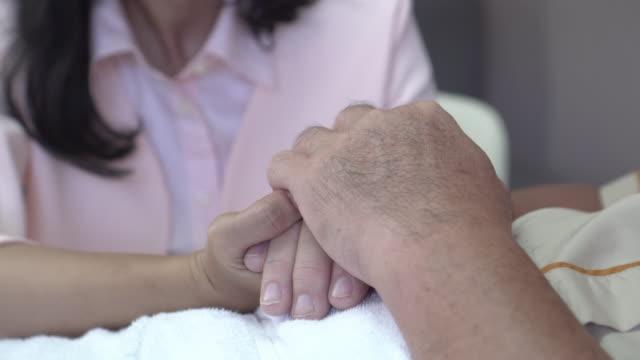 家族を閉じて、励ましのために上級患者を保持する - 甥点の映像素材/bロール