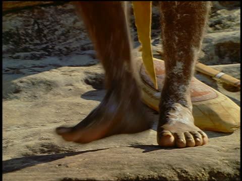 vídeos y material grabado en eventos de stock de close up feet of male aborigine stomping on ground / blue mountains, new south wales, australia - cultura aborigen australiana