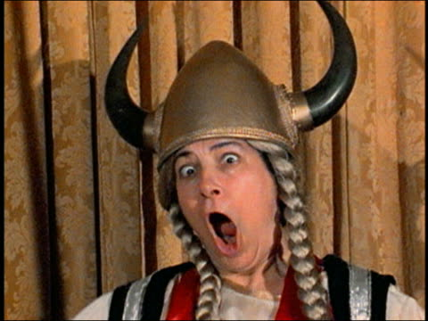 stockvideo's en b-roll-footage met close up female opera singer wearing horned hat, singing w/exaggerated expression and crossing eyes - zanger
