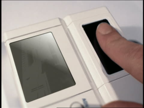 close up finger being scanned / electronic identification of man - 指紋点の映像素材/bロール