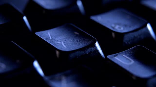 vídeos de stock, filmes e b-roll de feche o dedo pressionar tecla 7 do teclado. - número 7