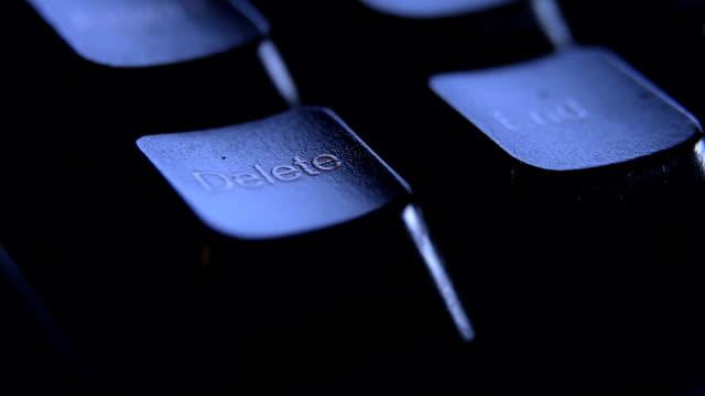 vídeos y material grabado en eventos de stock de cerca dedo pulsando tecla supr en el teclado. - part of a series